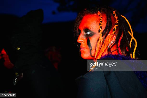 red performers no beltane festival de fogo, edimburgo - theasis imagens e fotografias de stock