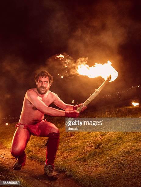 rojo intérpretes en beltane festival del fuego, edinburgh - theasis fotografías e imágenes de stock