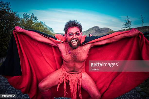 red performers at the beltane fire festival, edinburgh - theasis stockfoto's en -beelden