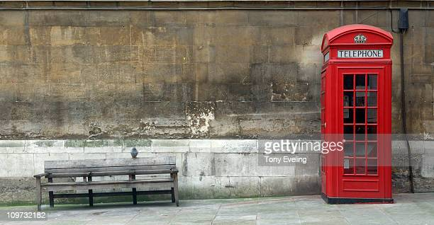 red phone box and bench seat, london - angleterre photos et images de collection
