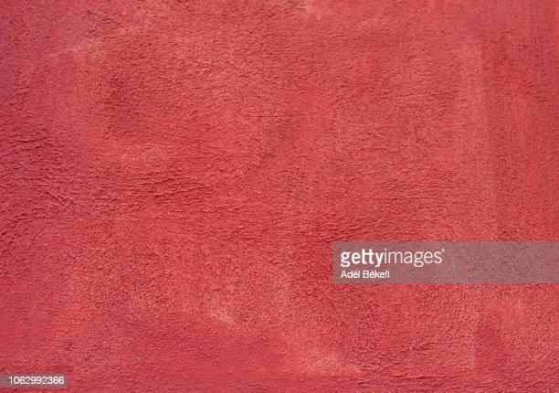 red  plastered rusty concrete wall - rust colored fotografías e imágenes de stock