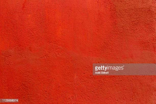 red plastered rusty concrete wall - rood stockfoto's en -beelden