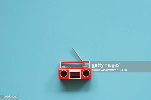 red radio against blue background - radio stock pictures, royalty-free photos & images
