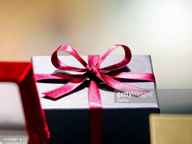 red ribbon on gift box - 誕生日の贈り物 ストックフォトと画像