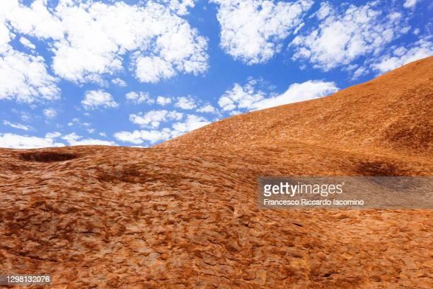 red rock against blue sky - francesco riccardo iacomino australia foto e immagini stock