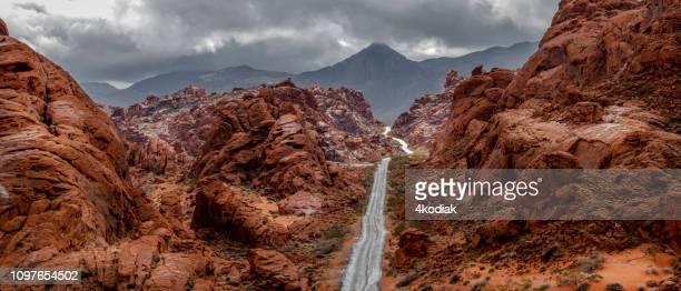 canyon de roches rouges au cours de la pluie - nevada photos et images de collection