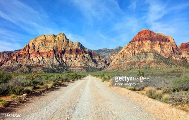 red rock canyon near las vegas - rocha vermelha imagens e fotografias de stock