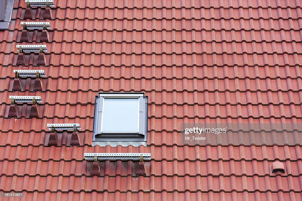 Tetto rosso e finestra : Foto stock