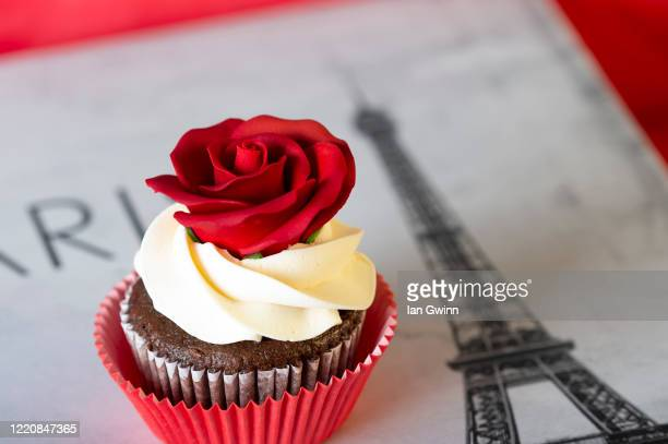 red rose cupcake - ian gwinn stock pictures, royalty-free photos & images