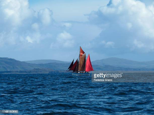 red sailing boat, hebrides islands, scotland - hebriden inselgruppe stock-fotos und bilder