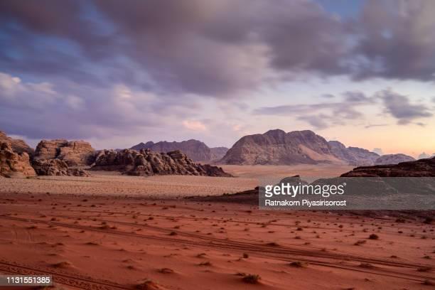 red sand dune and amazing rock in wadi rum desert, jordan - paisajes de jordania fotografías e imágenes de stock