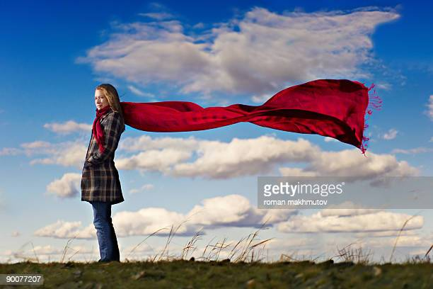 red scarf at the blue skies - echarpe - fotografias e filmes do acervo