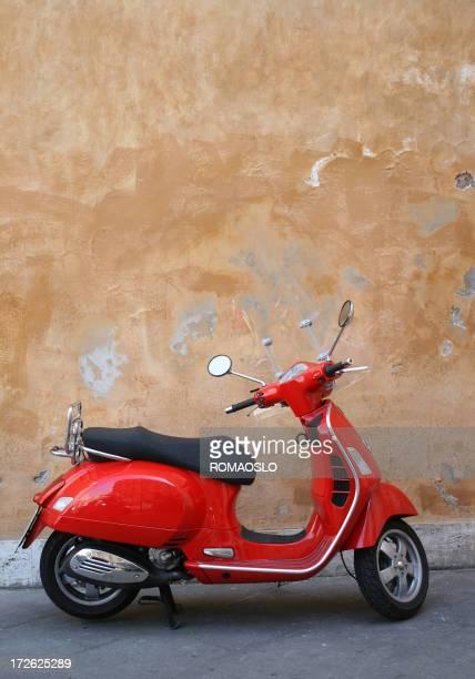Red scooter y romanos pared, Roma, Italia