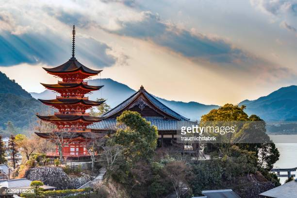 red shinto pagoda on miyajima - japan stockfoto's en -beelden