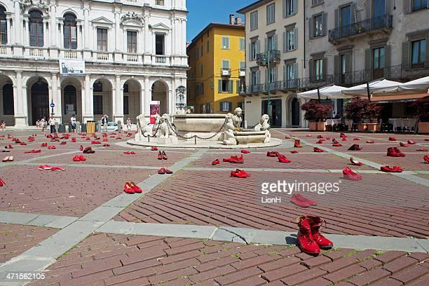 赤の靴の展示会にベルガモアルト-アゲインスト暴力 - 赤の靴 ストックフォトと画像