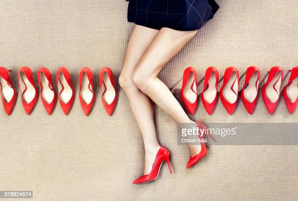 Rote Schuhe in einer Reihe