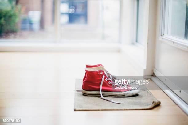 red shoes - sapato vermelho imagens e fotografias de stock