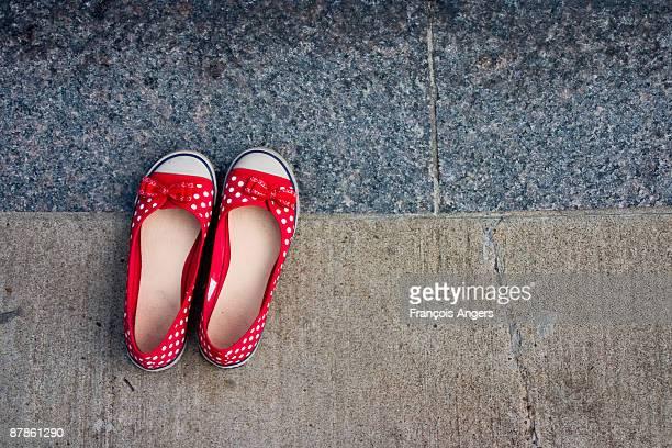 red shoes - lunares fotografías e imágenes de stock