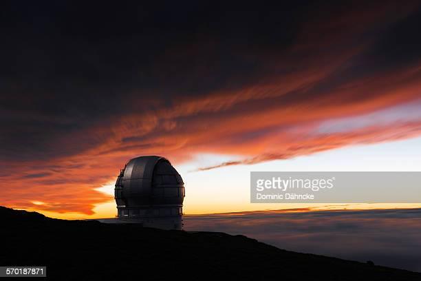 red sky with gtc telescope - dähncke fotografías e imágenes de stock