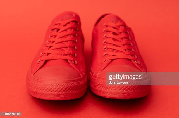 red sneakers - 赤の靴 ストックフォトと画像