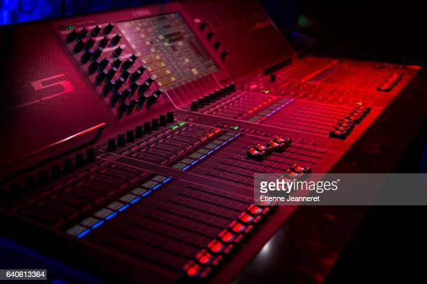 Red Sound Console, Night-Club.