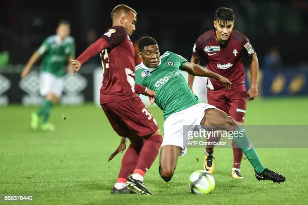 Red Star's French defender Formose Mendy vies with FC Metz' French midfielder Lilian Fournier and FC Metz' Argentinian midfielder Geronimo Poblete...