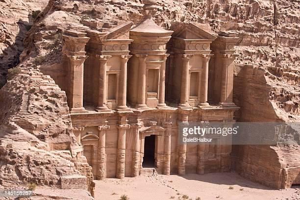 mosteiro de pedra vermelha no petra, jordânia - pinturas rupestres - fotografias e filmes do acervo