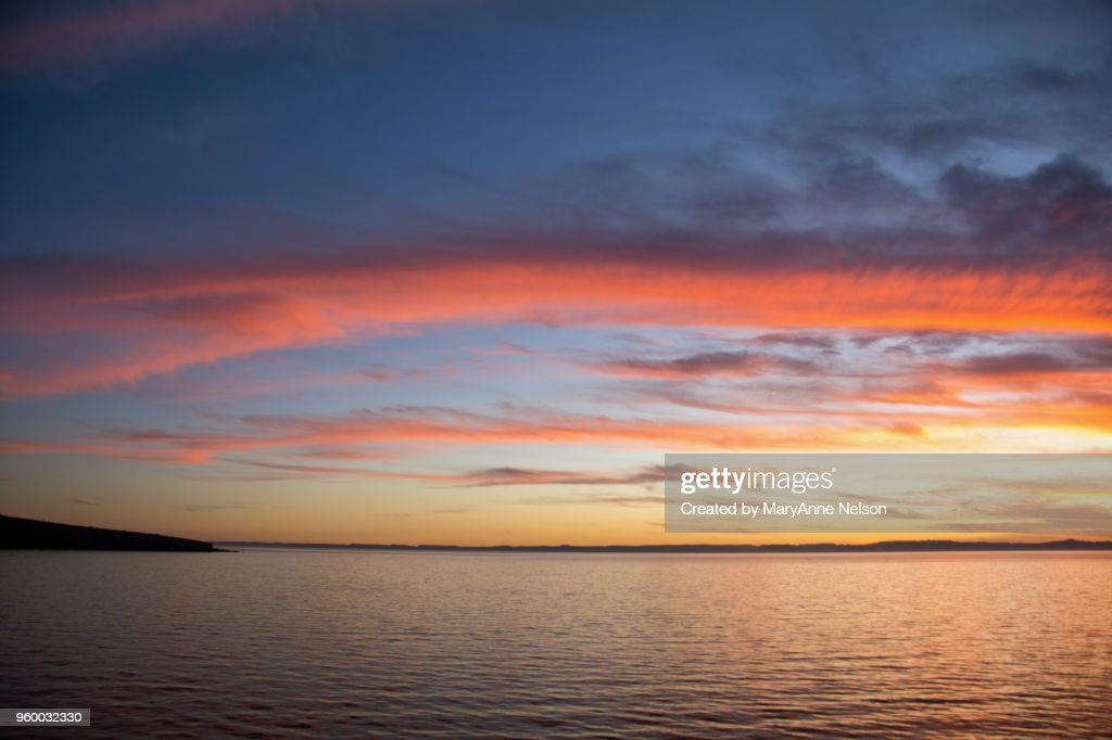 Red Streaked Clouds over Sea at Sunset : Stock-Foto