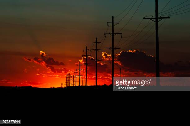 red sunset over field of electrical pylons, oklahoma, usa - oklahoma - fotografias e filmes do acervo