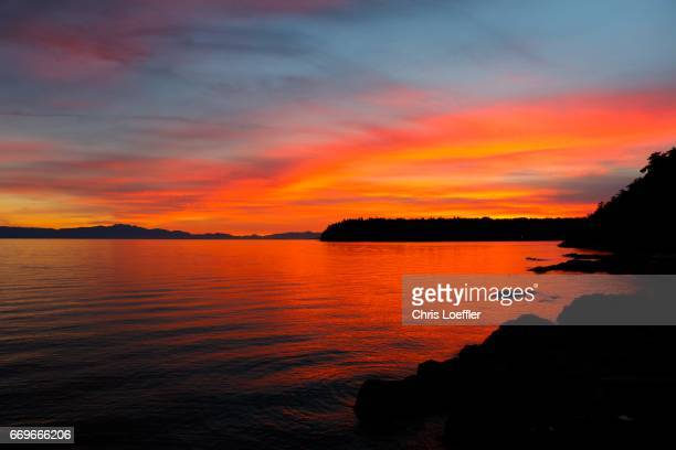 red sunset sunshine coast, canada - spiegelung stock pictures, royalty-free photos & images