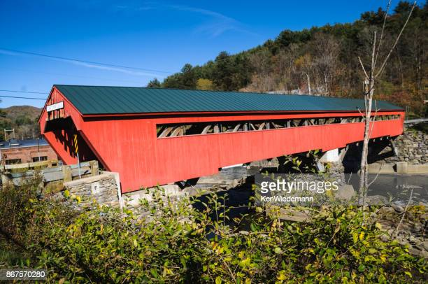 red taftsville bridge - covered bridge stock pictures, royalty-free photos & images
