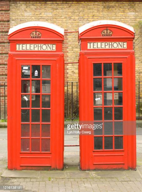 red telephone boxes london - lyn holly coorg stock-fotos und bilder
