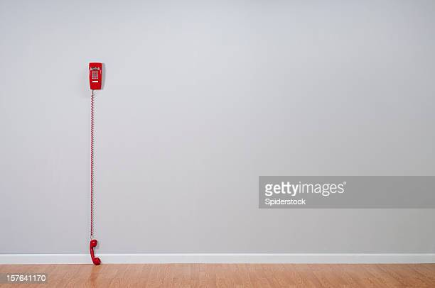 Rotes Telefon In leeren Raum