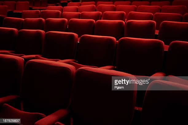rote theater sitzplätze für veranstaltungen - filmfestival stock-fotos und bilder