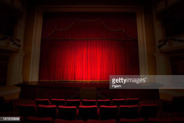 rouge scène théâtre performance - theatrical performance photos et images de collection