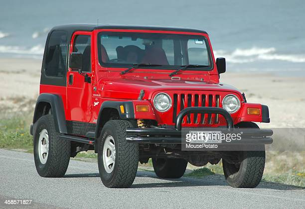 Rojo, TJ 1997 Jeep Wrangler hardtop en la calle en la playa