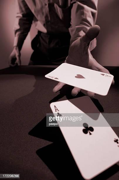 Rot gehaltenen studio Foto von ein Mann werfen Karten in die Kamera