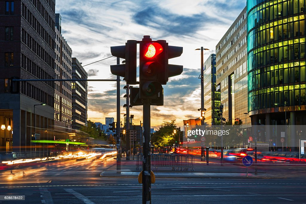 Red traffic lights and vehicle lights at rush hour in Berlin, Potsdamer Platz (Germany) : Stock-Foto