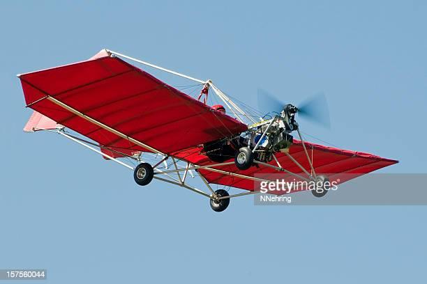 rosso aereo ultraleggero snedden m7 volare nel cielo chiaro lue - aereo ultraleggero foto e immagini stock