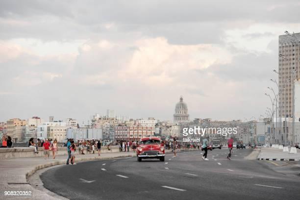 Roten Oldtimer am Malecon, Havanna, Kuba