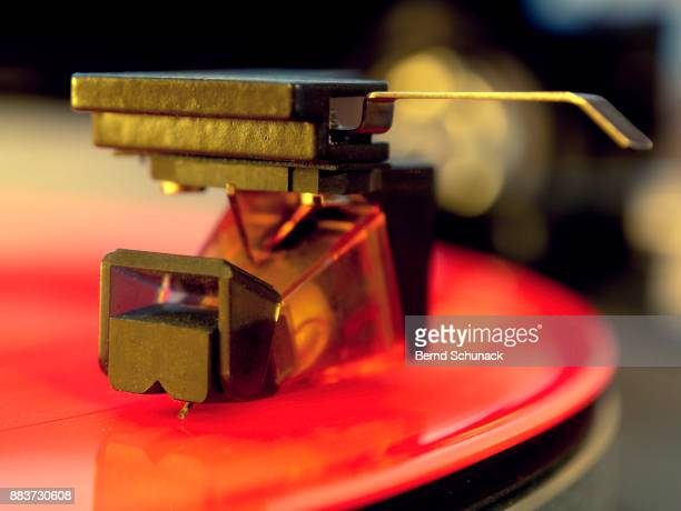 red vinyl on turntable - bernd schunack stock pictures, royalty-free photos & images