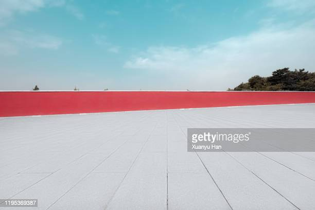 red wall and empty floor - defensive wall stock pictures, royalty-free photos & images