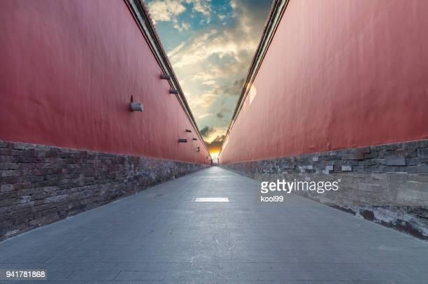 passage de murs rouges dans la cité interdite, beijing - effet de perspective photos et images de collection