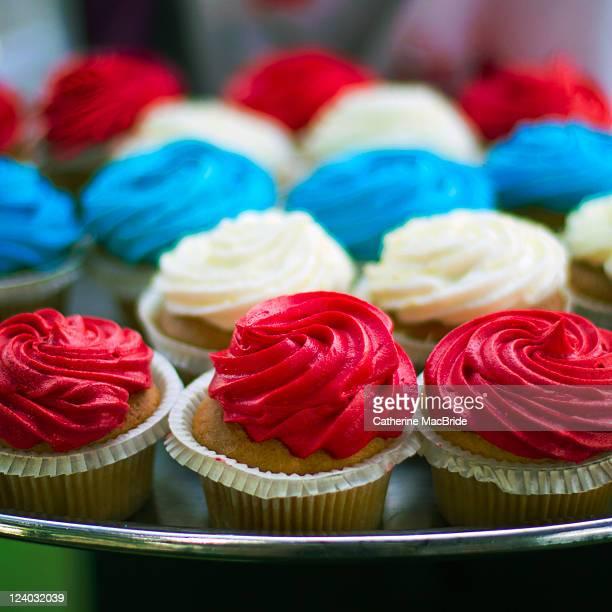 red, white and blue cupcakes - catherine macbride fotografías e imágenes de stock