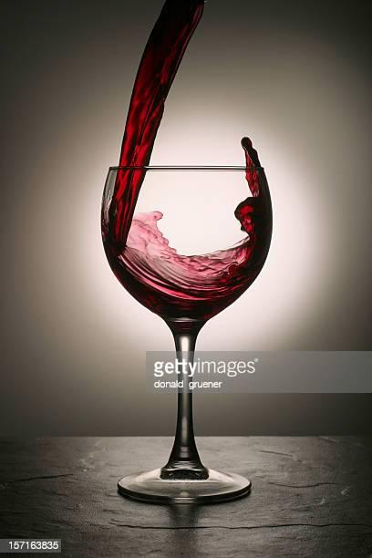 Vin rouge verser dans le verre avec de spectaculaires Splash