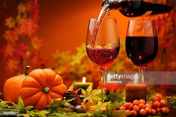 vino rosso con decorazione autunno - marrone foto e immagini stock