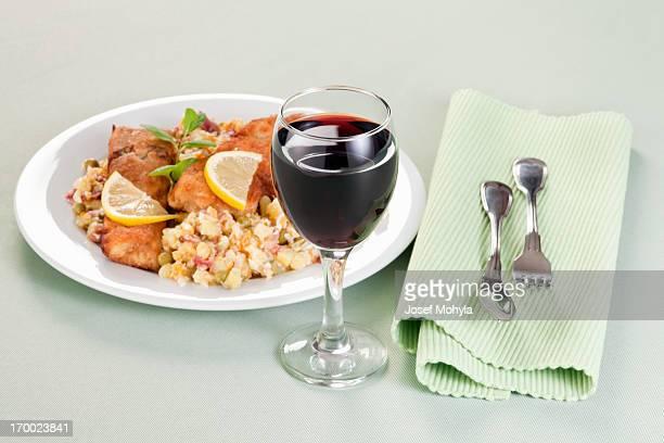 レッドワイン、揚げコイ potatoe サラダ、