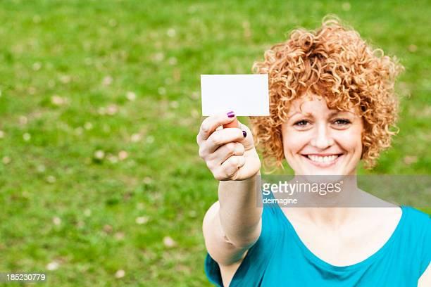 Rote Frau mit Business-Karte