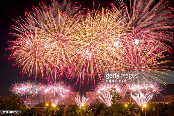 red yellow fireworks light up the sky - quarta feira - fotografias e filmes do acervo