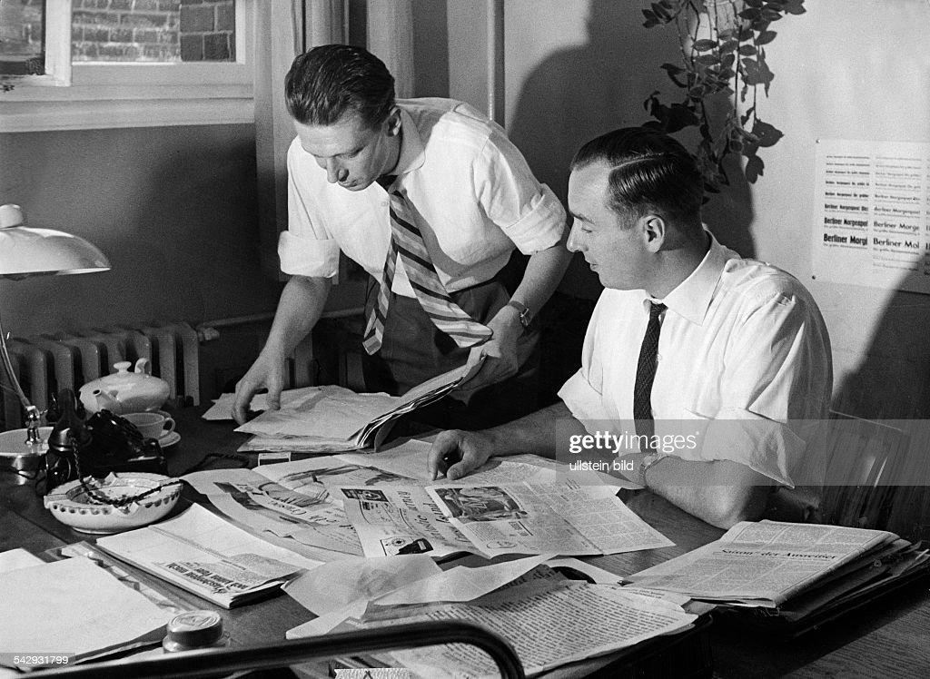 Redakteure Wolf Dietrich Heckmann Und Stefan Gänsicke In Der Redaktion Der  Berliner Morgenpost Bei Der Arbeit
